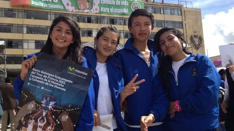 Youths await the arrival of Nairo Quintana in Tunja on 15 August 2013