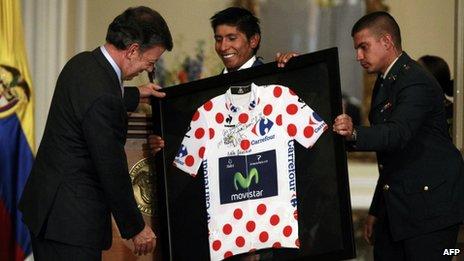 Nairo Quintana hands the president his jersey