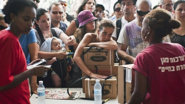 Israelis receive gas mask kits at a distribution point in Tel Aviv August 28, 2013