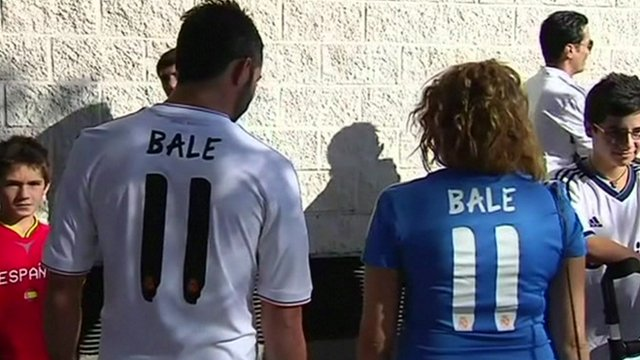 8ef01f532 Gareth Bale s family watch as he is unveiled at Real Madrid - BBC News