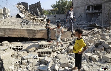 Boys inspect a site hit by what activists say was shelling by Syrian government forces in Duma, Damascus (04/09/2013)