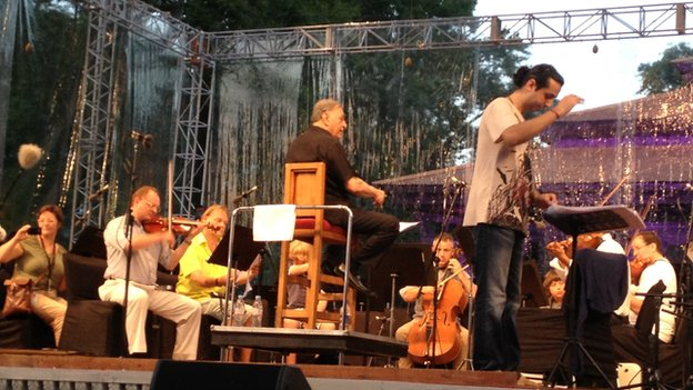 Zubin Mehta in rehearsal at the Shalimar Gardens