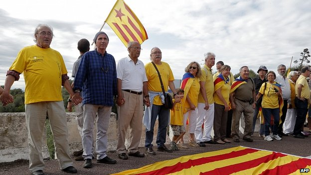 Catalan singer Lluis Llach (second left) helps to create a 400km human chain