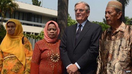 Dutch Ambassador Tjeerd de Zwaan and Indonesian relatives of victims of summary executions (12 September)
