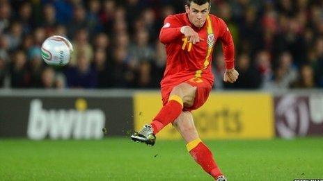 Gareth Bale yn chwarae i Gymru