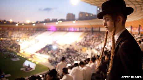 Thousands of orthodox Jews at the MetLife stadium