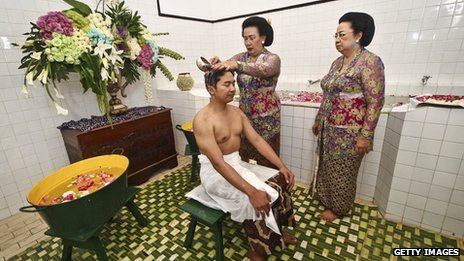 KPH Notonegoro, bathe during Bathe Ritual
