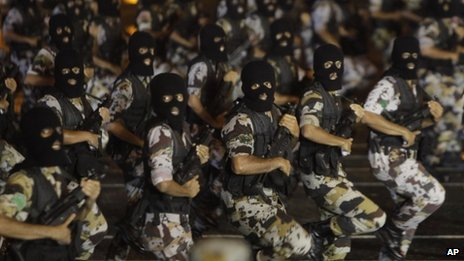 Saudi special forces take part in a military parade outside Mecca (9 October 2013)