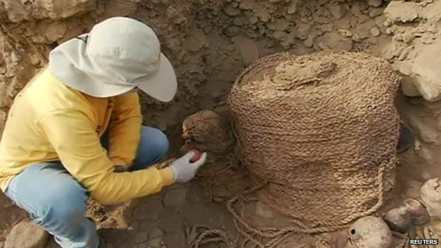 Archaeologist examines mummies