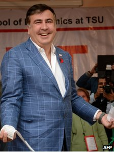 Georgia's President Mikheil Saakashvili votes at a polling station during the presidential election in Tbilisi (27 October 2013)