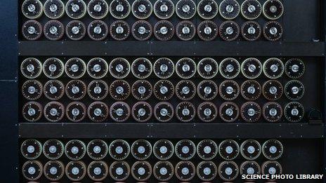 آلة فك التشفير Bombe ، صممها عالم الرياضيات آلان تورينج لفك رموز اللغة الألمانية