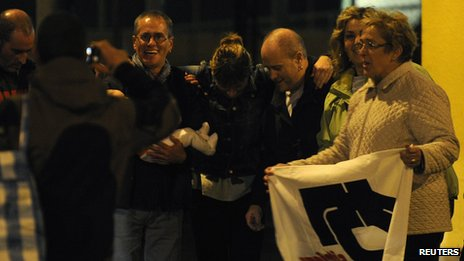 Basque separatist militant Elias Fernandez Castanares (2nd L) poses with family members and supporters after he was freed from jail in Villabona, northern Spain (8 November 2013