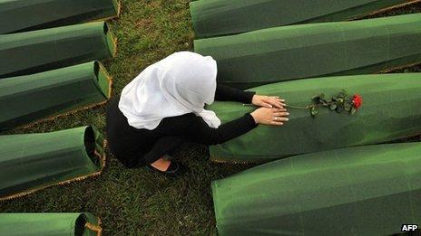 Woman mourns Srebrenica victims (file picture)
