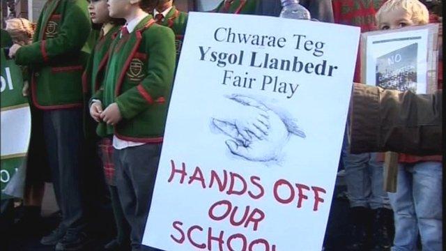 Protest yn erbyn cau Ysgol Llanbedr D.C.
