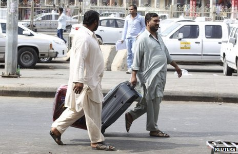 Foreign workers carrying suitcases in Riyadh (4 November 2013)
