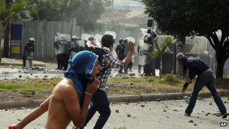 Students clash with police during protest over the election results, 26/11/2013