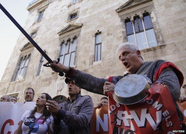 RTTV staff protesting in Valencia, Spain, 15 November