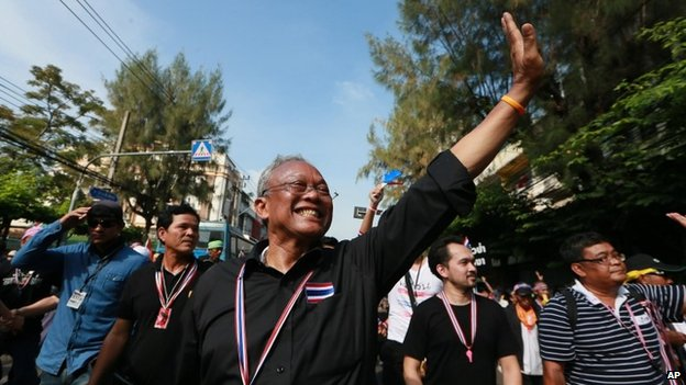 Suthep Thaugsuban waves to supporters during an anti-government march to the Government complex in Bangkok, Thailand, 27 November 2013