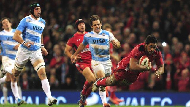 Wales's Toby Faletau scores against Argentina