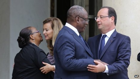 French President Francois Hollande, right, takes leave of Malian President Ibrahim Boubacar Keita, second from right, following their meeting at the Elysee Palace in Paris, Tuesday, Oct 1, 2013.