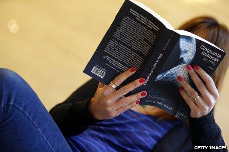 Woman reading Cinquante nuances de Grey