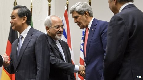 John Kerry shakes hands with Iranian foreign minister Mohammad Javad Zarif in Geneva (24 November 2013)