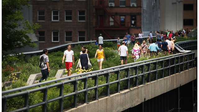 New Yorkers strolling on the High Line