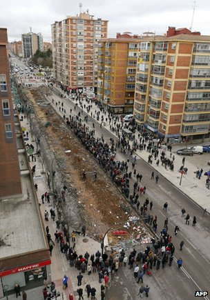 Protesters block Calle Vitoria in Burgos, Spain, 13 January