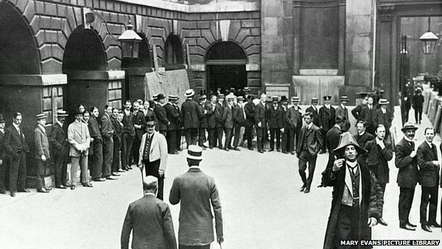 Crowds outside the Bank Of England in 1914