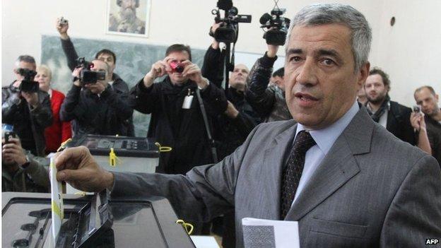 Oliver Ivanovic casting his ballot during local elections on 3 November 2013 in Kosovska Mitrovica