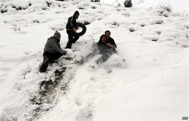 Iranian youths play in snow north of Tehran (3 Feb 2014)