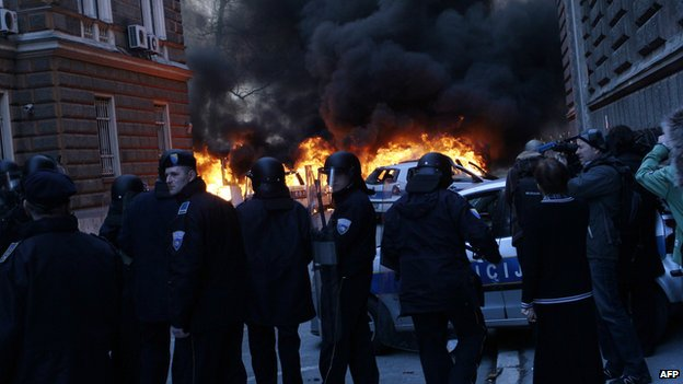 Bosnian policemen try to hold off protestors in their attempt to storm of local government building in the Bosnian capital Sarajevo (7 February 2014)