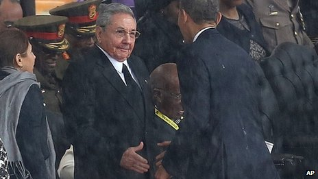 Raul Castro (left) and Pres Obama, 10 Dec 13, S. Africa