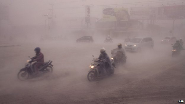 Volcanic ash blankets Yogyakarta in Central Java (14 February 2014)