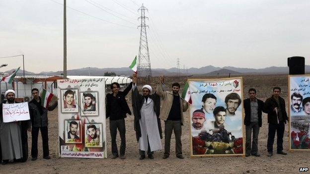 Iranian students form a human chain outside the Fordo uranium enrichment facility, near Qom (19 November 2013)