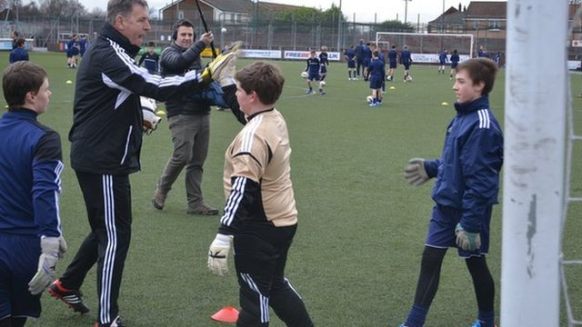 Former Celtic and Republic of Ireland goalkeeper Pat Bonner with school pupils in Stirlingshire