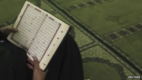A man reads the Koran in Cairo, Egypt (29 October 2013)