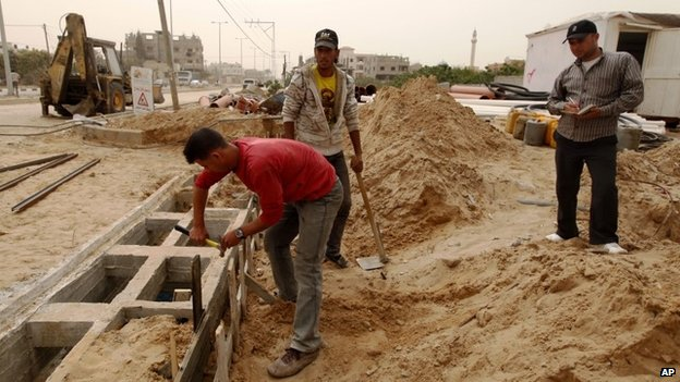Palestinians work on a Qatar-funded road in Gaza City (8 April 2013)