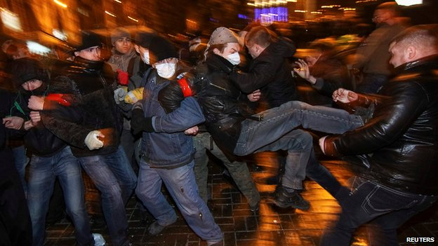 Protesters clash in Donetsk on 13 March 2014