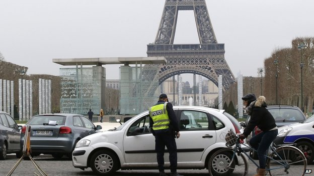 A police officer inspects a vehicle in Paris (17 March 2014)