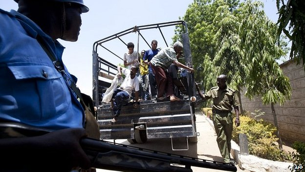 Kenyan police monitor terror suspects brought to court in Mombasa (3 Feb 2014)
