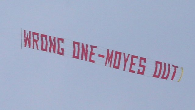 Manchester United fans split on David Moyes plane protest