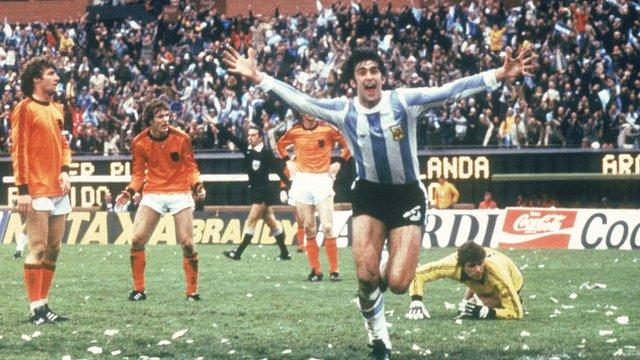 Mario Kempes celebrates after scoring for Argentina against Netherlands