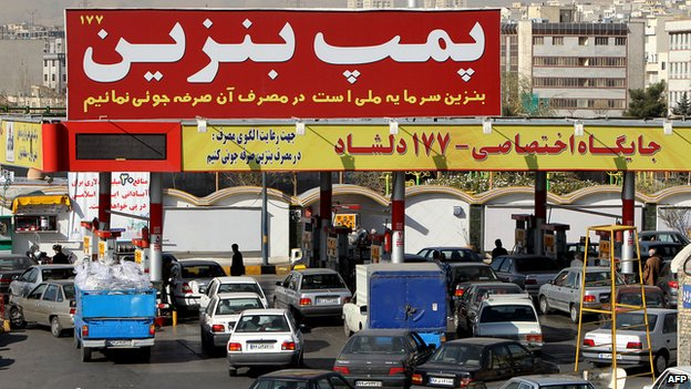 Queues at a petrol station in Tehran (archive)