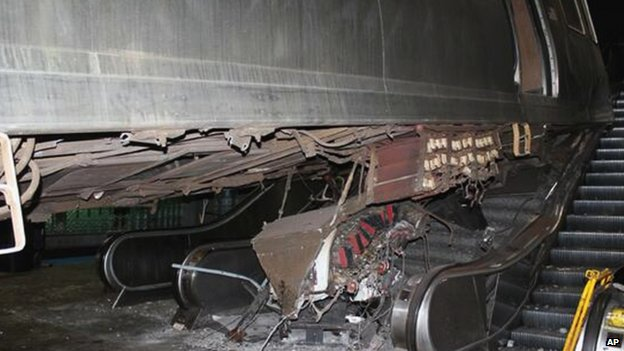 The damage caused by the commuter train at O'Hare International Airport (25 March 2014)