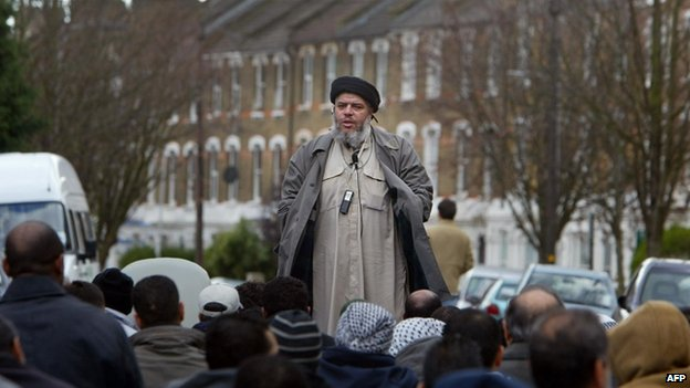 Abu Hamza al-Masri addressing followers during Friday prayer in the street next to Finsbury Park mosque in 2004