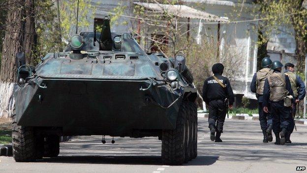 Ukrainian troops in Mariupol, 17 Apr 14