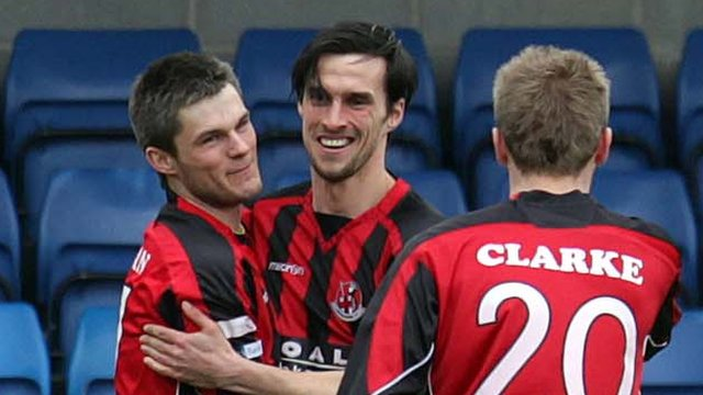 Crusaders players celebrate victory over Glenavon