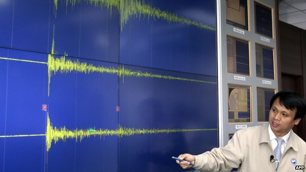 A South Korean meteorological official briefs reporters showing seismic waves from the site of North Korea's nuclear test at his office in Seoul on 25 May 2009