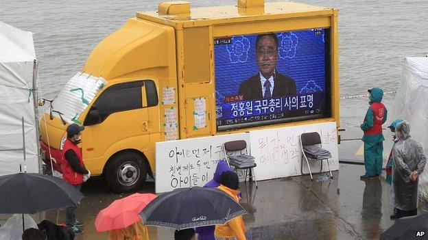 Relatives watch Chung Hong-won make his resignation speech. 27 April 2014